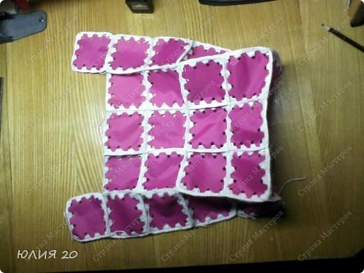Еще одна оригинальная сумочка связанная по мотивам (http://stranamasterov.ru/node/60153)только не много переделанная на свой вкус.  Для начала вам понадобится:  1) Искусственная  кожа, клеенка, или что-то плотнее ткани.Количество зависит от вашей сумки ( какова ее высота, длина, ширина)  2) Крючок 1,3мм  3) Замок  4) Плотная пленка, картон, и т.п.(для ручек)  5) Подкладочная ткань  6)Дырокол   Нарезаем материал на квадратики 7х7 см.и делаем дырочки дыроколом, по 4 на каждой стороне квадрата. Подробнее см МК (http://stranamasterov.ru/node/60153) фото 5