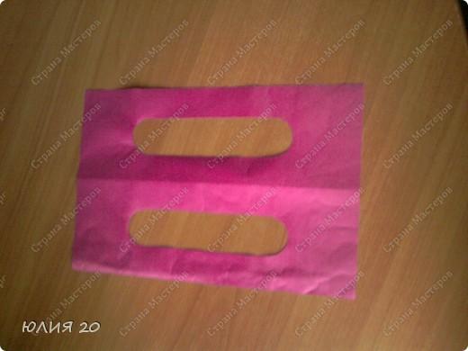 Еще одна оригинальная сумочка связанная по мотивам (http://stranamasterov.ru/node/60153)только не много переделанная на свой вкус.  Для начала вам понадобится:  1) Искусственная  кожа, клеенка, или что-то плотнее ткани.Количество зависит от вашей сумки ( какова ее высота, длина, ширина)  2) Крючок 1,3мм  3) Замок  4) Плотная пленка, картон, и т.п.(для ручек)  5) Подкладочная ткань  6)Дырокол   Нарезаем материал на квадратики 7х7 см.и делаем дырочки дыроколом, по 4 на каждой стороне квадрата. Подробнее см МК (http://stranamasterov.ru/node/60153) фото 10