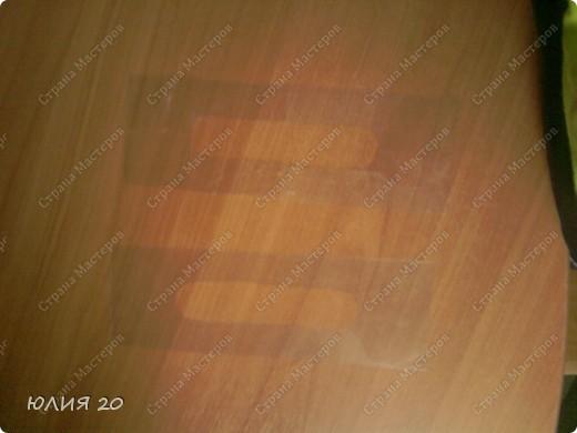 Еще одна оригинальная сумочка связанная по мотивам (http://stranamasterov.ru/node/60153)только не много переделанная на свой вкус.  Для начала вам понадобится:  1) Искусственная  кожа, клеенка, или что-то плотнее ткани.Количество зависит от вашей сумки ( какова ее высота, длина, ширина)  2) Крючок 1,3мм  3) Замок  4) Плотная пленка, картон, и т.п.(для ручек)  5) Подкладочная ткань  6)Дырокол   Нарезаем материал на квадратики 7х7 см.и делаем дырочки дыроколом, по 4 на каждой стороне квадрата. Подробнее см МК (http://stranamasterov.ru/node/60153) фото 11