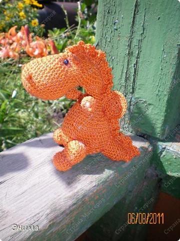 Теперь и у меня живет крошка-дракошка. Создавался на саду, дождливым днём из подручных материалов. Бабуля дала хорошие нитки, крючок и бусины нашла в сумке, описание как вязать было записано в ежедневнике.  фото 2
