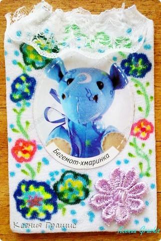 Ето моя первая серия АТС. Описание:Картонка обтянутая тканью,картинка и цветочек приклеены(крепко),сверху пришито кружево,ткань разрисовала я фломастерами.Карточек всего 19шт.(думаю хватит всем =) ) фото 3