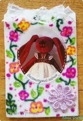 Ето моя первая серия АТС. Описание:Картонка обтянутая тканью,картинка и цветочек приклеены(крепко),сверху пришито кружево,ткань разрисовала я фломастерами.Карточек всего 19шт.(думаю хватит всем =) ) фото 5