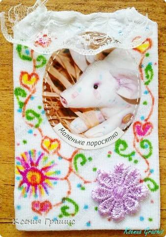 Ето моя первая серия АТС. Описание:Картонка обтянутая тканью,картинка и цветочек приклеены(крепко),сверху пришито кружево,ткань разрисовала я фломастерами.Карточек всего 19шт.(думаю хватит всем =) ) фото 10
