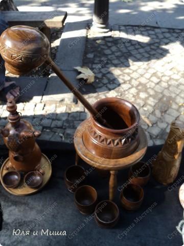 Ходили на почту, по Ваши письма, друзья, и по пути запечетлили несколько штрихов о Тбилиси, как всегда дышащего национальным колоритом. Вот это, например, и следующие два фото - держатели для рогов и кинжалов. С ними и без.  фото 6