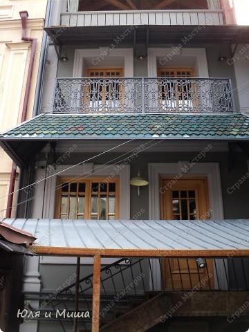 Ходили на почту, по Ваши письма, друзья, и по пути запечетлили несколько штрихов о Тбилиси, как всегда дышащего национальным колоритом. Вот это, например, и следующие два фото - держатели для рогов и кинжалов. С ними и без.  фото 11