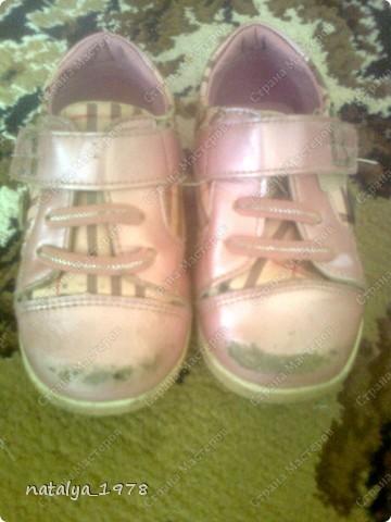 Наверное многие мамы сталкивались с этим,обувь еще не мала и можно походить,но носы сбиты до                    безобразия.                                                                        Это дочкины башмачки до реставрации,пыталась замазать лаком ,но он впитывался и получалось еще хуже.                                                                                                                                                                                                                     фото 1