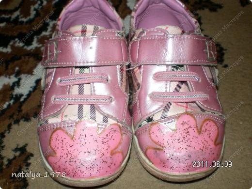 Наверное многие мамы сталкивались с этим,обувь еще не мала и можно походить,но носы сбиты до                    безобразия.                                                                        Это дочкины башмачки до реставрации,пыталась замазать лаком ,но он впитывался и получалось еще хуже.                                                                                                                                                                                                                     фото 2