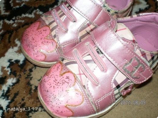 Наверное многие мамы сталкивались с этим,обувь еще не мала и можно походить,но носы сбиты до                    безобразия.                                                                        Это дочкины башмачки до реставрации,пыталась замазать лаком ,но он впитывался и получалось еще хуже.                                                                                                                                                                                                                     фото 3