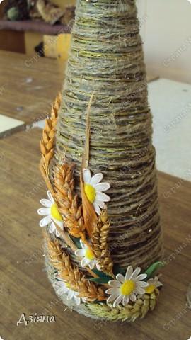 Бутылка обмотана иловыми ветками, поверх льняная нить и нитка флористическая( вроде бы так называется. украсила колосками(покрасила балончиком), ромашки слепила из пластики, бусинки, листики. фото 3