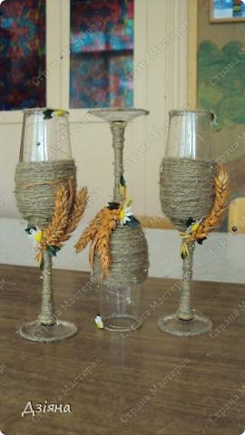 Бутылка обмотана иловыми ветками, поверх льняная нить и нитка флористическая( вроде бы так называется. украсила колосками(покрасила балончиком), ромашки слепила из пластики, бусинки, листики. фото 5