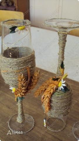 Бутылка обмотана иловыми ветками, поверх льняная нить и нитка флористическая( вроде бы так называется. украсила колосками(покрасила балончиком), ромашки слепила из пластики, бусинки, листики. фото 6
