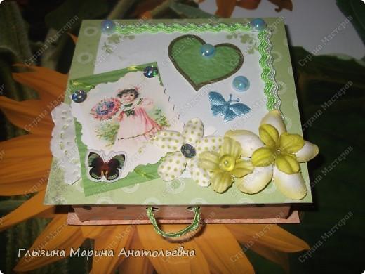 Моя очередная подарочная коробочка. Уже подарена моей однокурснице на день рождения Скрапбукинг не дает покоя. Маленькими темпами его преодалеваю. фото 1