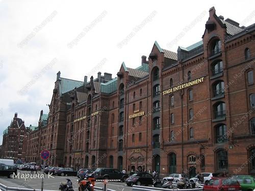 """""""Путешествием Гулливера в страну лиллипутов"""" можно назвать этот фоторепортаж по музею миниатюр в Гамбурге (Германия) В одном из помещений гамбургских складов Шпайхерштадт (на фото здание, где расположен музей) 365 дней в году вас ждет целый мир, правда, в миниатюре. Железнодорожные рельсы, поезда, фигурки людей, здания и ландшафты в разнообразнейших мизансценах на площади 4 000 м2 поражают воображение посетителей. Не зря миниатюрная «Страна чудес» занесена в Книгу рекордов Гиннесса как самая большая в мире дигитальная модель железной дороги. По рельсам длиной в 15 000 м спешат в свой пункт назначения 15 000 вагонов. Железнодорожное полотно окружают 5 000 домов и мостов, 250 000 деревьев, 250 000 фигурок людей в масштабе 1:87. Управление поездов осуществляется 60 компьютерами. А были ли Вы когда-нибудь в стране чудес? Я приглашаю на экскурсию в музей, который носит такое название. фото 1"""