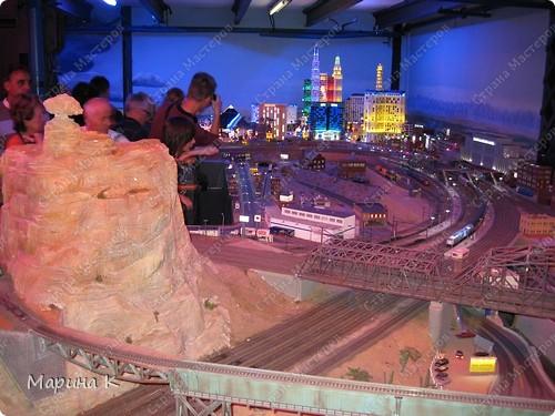 """""""Путешествием Гулливера в страну лиллипутов"""" можно назвать этот фоторепортаж по музею миниатюр в Гамбурге (Германия) В одном из помещений гамбургских складов Шпайхерштадт (на фото здание, где расположен музей) 365 дней в году вас ждет целый мир, правда, в миниатюре. Железнодорожные рельсы, поезда, фигурки людей, здания и ландшафты в разнообразнейших мизансценах на площади 4 000 м2 поражают воображение посетителей. Не зря миниатюрная «Страна чудес» занесена в Книгу рекордов Гиннесса как самая большая в мире дигитальная модель железной дороги. По рельсам длиной в 15 000 м спешат в свой пункт назначения 15 000 вагонов. Железнодорожное полотно окружают 5 000 домов и мостов, 250 000 деревьев, 250 000 фигурок людей в масштабе 1:87. Управление поездов осуществляется 60 компьютерами. А были ли Вы когда-нибудь в стране чудес? Я приглашаю на экскурсию в музей, который носит такое название. фото 2"""