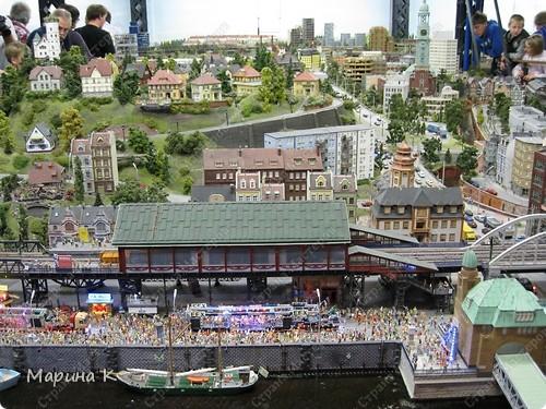 """""""Путешествием Гулливера в страну лиллипутов"""" можно назвать этот фоторепортаж по музею миниатюр в Гамбурге (Германия) В одном из помещений гамбургских складов Шпайхерштадт (на фото здание, где расположен музей) 365 дней в году вас ждет целый мир, правда, в миниатюре. Железнодорожные рельсы, поезда, фигурки людей, здания и ландшафты в разнообразнейших мизансценах на площади 4 000 м2 поражают воображение посетителей. Не зря миниатюрная «Страна чудес» занесена в Книгу рекордов Гиннесса как самая большая в мире дигитальная модель железной дороги. По рельсам длиной в 15 000 м спешат в свой пункт назначения 15 000 вагонов. Железнодорожное полотно окружают 5 000 домов и мостов, 250 000 деревьев, 250 000 фигурок людей в масштабе 1:87. Управление поездов осуществляется 60 компьютерами. А были ли Вы когда-нибудь в стране чудес? Я приглашаю на экскурсию в музей, который носит такое название. фото 3"""
