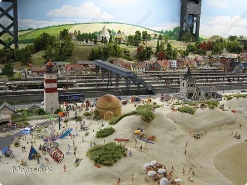 """""""Путешествием Гулливера в страну лиллипутов"""" можно назвать этот фоторепортаж по музею миниатюр в Гамбурге (Германия) В одном из помещений гамбургских складов Шпайхерштадт (на фото здание, где расположен музей) 365 дней в году вас ждет целый мир, правда, в миниатюре. Железнодорожные рельсы, поезда, фигурки людей, здания и ландшафты в разнообразнейших мизансценах на площади 4 000 м2 поражают воображение посетителей. Не зря миниатюрная «Страна чудес» занесена в Книгу рекордов Гиннесса как самая большая в мире дигитальная модель железной дороги. По рельсам длиной в 15 000 м спешат в свой пункт назначения 15 000 вагонов. Железнодорожное полотно окружают 5 000 домов и мостов, 250 000 деревьев, 250 000 фигурок людей в масштабе 1:87. Управление поездов осуществляется 60 компьютерами. А были ли Вы когда-нибудь в стране чудес? Я приглашаю на экскурсию в музей, который носит такое название. фото 8"""
