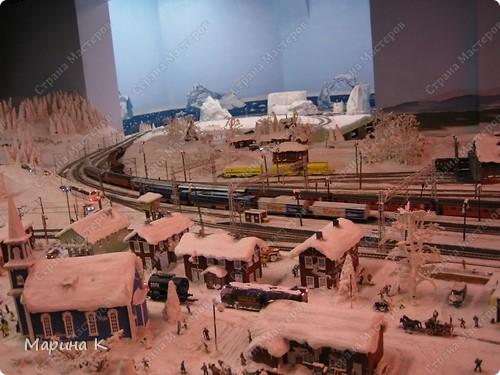 """""""Путешествием Гулливера в страну лиллипутов"""" можно назвать этот фоторепортаж по музею миниатюр в Гамбурге (Германия) В одном из помещений гамбургских складов Шпайхерштадт (на фото здание, где расположен музей) 365 дней в году вас ждет целый мир, правда, в миниатюре. Железнодорожные рельсы, поезда, фигурки людей, здания и ландшафты в разнообразнейших мизансценах на площади 4 000 м2 поражают воображение посетителей. Не зря миниатюрная «Страна чудес» занесена в Книгу рекордов Гиннесса как самая большая в мире дигитальная модель железной дороги. По рельсам длиной в 15 000 м спешат в свой пункт назначения 15 000 вагонов. Железнодорожное полотно окружают 5 000 домов и мостов, 250 000 деревьев, 250 000 фигурок людей в масштабе 1:87. Управление поездов осуществляется 60 компьютерами. А были ли Вы когда-нибудь в стране чудес? Я приглашаю на экскурсию в музей, который носит такое название. фото 9"""