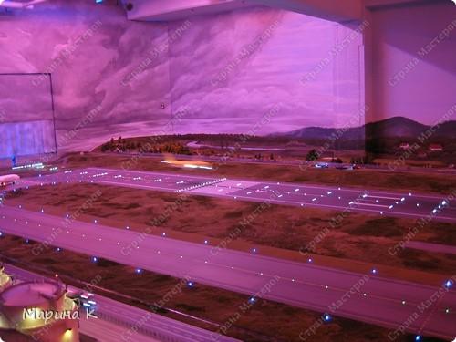 """""""Путешествием Гулливера в страну лиллипутов"""" можно назвать этот фоторепортаж по музею миниатюр в Гамбурге (Германия) В одном из помещений гамбургских складов Шпайхерштадт (на фото здание, где расположен музей) 365 дней в году вас ждет целый мир, правда, в миниатюре. Железнодорожные рельсы, поезда, фигурки людей, здания и ландшафты в разнообразнейших мизансценах на площади 4 000 м2 поражают воображение посетителей. Не зря миниатюрная «Страна чудес» занесена в Книгу рекордов Гиннесса как самая большая в мире дигитальная модель железной дороги. По рельсам длиной в 15 000 м спешат в свой пункт назначения 15 000 вагонов. Железнодорожное полотно окружают 5 000 домов и мостов, 250 000 деревьев, 250 000 фигурок людей в масштабе 1:87. Управление поездов осуществляется 60 компьютерами. А были ли Вы когда-нибудь в стране чудес? Я приглашаю на экскурсию в музей, который носит такое название. фото 10"""