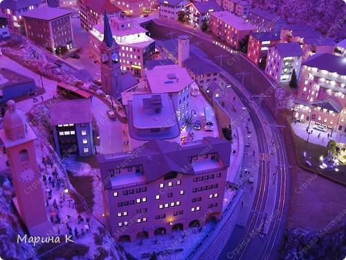 """""""Путешествием Гулливера в страну лиллипутов"""" можно назвать этот фоторепортаж по музею миниатюр в Гамбурге (Германия) В одном из помещений гамбургских складов Шпайхерштадт (на фото здание, где расположен музей) 365 дней в году вас ждет целый мир, правда, в миниатюре. Железнодорожные рельсы, поезда, фигурки людей, здания и ландшафты в разнообразнейших мизансценах на площади 4 000 м2 поражают воображение посетителей. Не зря миниатюрная «Страна чудес» занесена в Книгу рекордов Гиннесса как самая большая в мире дигитальная модель железной дороги. По рельсам длиной в 15 000 м спешат в свой пункт назначения 15 000 вагонов. Железнодорожное полотно окружают 5 000 домов и мостов, 250 000 деревьев, 250 000 фигурок людей в масштабе 1:87. Управление поездов осуществляется 60 компьютерами. А были ли Вы когда-нибудь в стране чудес? Я приглашаю на экскурсию в музей, который носит такое название. фото 19"""
