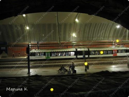 """""""Путешествием Гулливера в страну лиллипутов"""" можно назвать этот фоторепортаж по музею миниатюр в Гамбурге (Германия) В одном из помещений гамбургских складов Шпайхерштадт (на фото здание, где расположен музей) 365 дней в году вас ждет целый мир, правда, в миниатюре. Железнодорожные рельсы, поезда, фигурки людей, здания и ландшафты в разнообразнейших мизансценах на площади 4 000 м2 поражают воображение посетителей. Не зря миниатюрная «Страна чудес» занесена в Книгу рекордов Гиннесса как самая большая в мире дигитальная модель железной дороги. По рельсам длиной в 15 000 м спешат в свой пункт назначения 15 000 вагонов. Железнодорожное полотно окружают 5 000 домов и мостов, 250 000 деревьев, 250 000 фигурок людей в масштабе 1:87. Управление поездов осуществляется 60 компьютерами. А были ли Вы когда-нибудь в стране чудес? Я приглашаю на экскурсию в музей, который носит такое название. фото 20"""