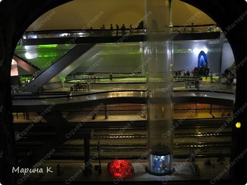 """""""Путешествием Гулливера в страну лиллипутов"""" можно назвать этот фоторепортаж по музею миниатюр в Гамбурге (Германия) В одном из помещений гамбургских складов Шпайхерштадт (на фото здание, где расположен музей) 365 дней в году вас ждет целый мир, правда, в миниатюре. Железнодорожные рельсы, поезда, фигурки людей, здания и ландшафты в разнообразнейших мизансценах на площади 4 000 м2 поражают воображение посетителей. Не зря миниатюрная «Страна чудес» занесена в Книгу рекордов Гиннесса как самая большая в мире дигитальная модель железной дороги. По рельсам длиной в 15 000 м спешат в свой пункт назначения 15 000 вагонов. Железнодорожное полотно окружают 5 000 домов и мостов, 250 000 деревьев, 250 000 фигурок людей в масштабе 1:87. Управление поездов осуществляется 60 компьютерами. А были ли Вы когда-нибудь в стране чудес? Я приглашаю на экскурсию в музей, который носит такое название. фото 21"""