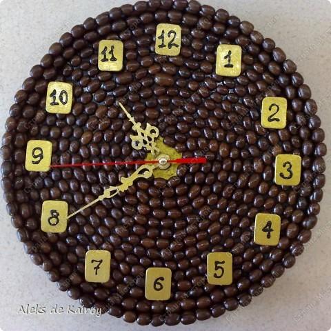 Я занимаюсь изготовлением настенных часов из кофе,вот оцените, что получилось)))   Кофейные часики,D=25см,кофе премиум сорта,золотой акрил,цифр-объёмный контур,пластик фото 1