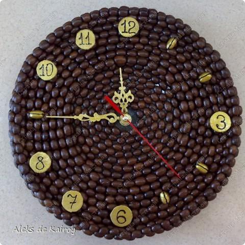 Я занимаюсь изготовлением настенных часов из кофе,вот оцените, что получилось)))   Кофейные часики,D=25см,кофе премиум сорта,золотой акрил,цифр-объёмный контур,пластик фото 6