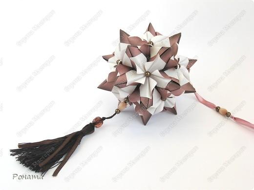 Пока кручу третью капусту (Амелия уговорила :)))), нарядила кое-что новенькое. Как увидела на Фликре эту кусудаму, жутко захотелось разгадать. И вот... Встречайте!  Name: Chandelle en fleur Designer: Maria Sinayskaya Units: 30 Paper: 7.5*7.5 cm Final height: 9.5 cm Бумага корейская, не очень плотная, складки не жесткие, поэтому для надежности подклеила. фото 3