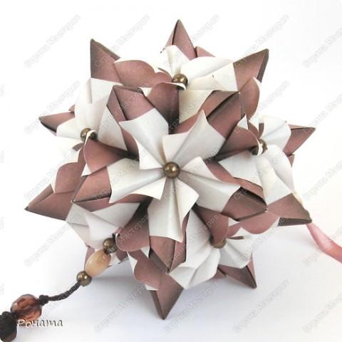 Пока кручу третью капусту (Амелия уговорила :)))), нарядила кое-что новенькое. Как увидела на Фликре эту кусудаму, жутко захотелось разгадать. И вот... Встречайте!  Name: Chandelle en fleur Designer: Maria Sinayskaya Units: 30 Paper: 7.5*7.5 cm Final height: 9.5 cm Бумага корейская, не очень плотная, складки не жесткие, поэтому для надежности подклеила. фото 1