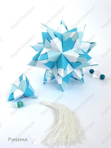 Пока кручу третью капусту (Амелия уговорила :)))), нарядила кое-что новенькое. Как увидела на Фликре эту кусудаму, жутко захотелось разгадать. И вот... Встречайте!  Name: Chandelle en fleur Designer: Maria Sinayskaya Units: 30 Paper: 7.5*7.5 cm Final height: 9.5 cm Бумага корейская, не очень плотная, складки не жесткие, поэтому для надежности подклеила. фото 9
