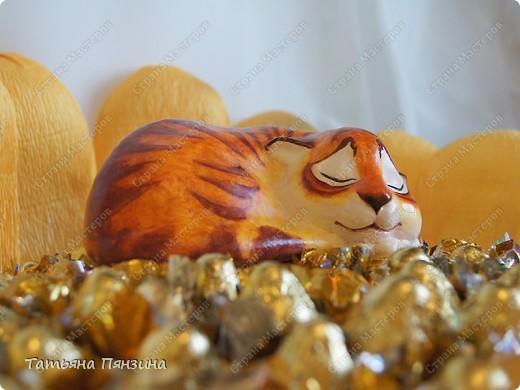 Состав: авторская фигурка из полимерной глиныыы, шоколадные конфеты 3 видов, , флористические материалы и большое желание порадовать.  фото 3