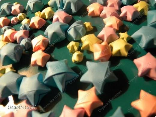 Здравствуйте, хочу показать вам мои работы и ссылки на МК, по которым я их делала. К сожалению, слишком долго было их искать на этом сайте.   Итак, описываю,изображённые на фото, предметы слева-направо.  На этом фото: Модульный кубик ( http://stranamasterov.ru/node/53243?tid=451%2C850 ) Журавлики ( http://www.loveorigami.info/origami.php?model=147 ) Модульный кубик ( http://stranamasterov.ru/node/227280 ) Модульный кубик ( http://stranamasterov.ru/node/216050?tid=451%2C850 )    и     ( http://stranamasterov.ru/node/208803?tid=451%2C560 ) Модульная роза-куб ( http://stranamasterov.ru/node/131766?tid=451%2C560 )  фото 5