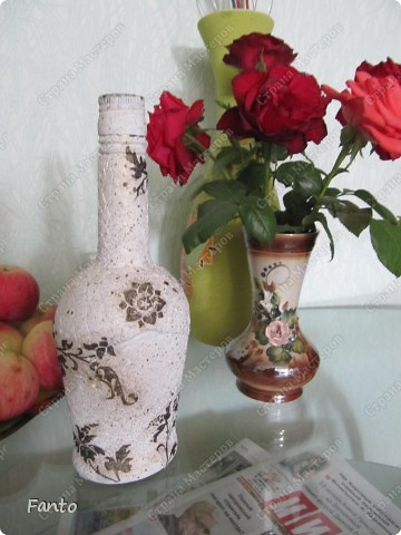 Начнем с бутылки, идею которой я нагло украла у Натальи Тихоновой. Надеюсь, вы меня простите. ^^ Бутылку делала для мамы (подарок просто так, без повода)), чему она было очень рада. Сейчас ничего не наливает в бутылку, она стоит как украшение на полочке :) фото 3