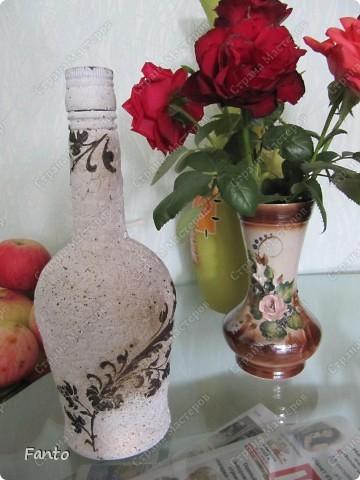 Начнем с бутылки, идею которой я нагло украла у Натальи Тихоновой. Надеюсь, вы меня простите. ^^ Бутылку делала для мамы (подарок просто так, без повода)), чему она было очень рада. Сейчас ничего не наливает в бутылку, она стоит как украшение на полочке :) фото 4