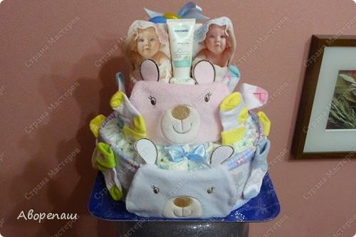 Подружке на рождение двойняшек сделала такой вот подарок! А точнее, она мне подарок сделала...: я так давно мечтала сделать тортик из памперсов, но не было повода. И вот подружка удружила))) Спасибо ей! фото 2
