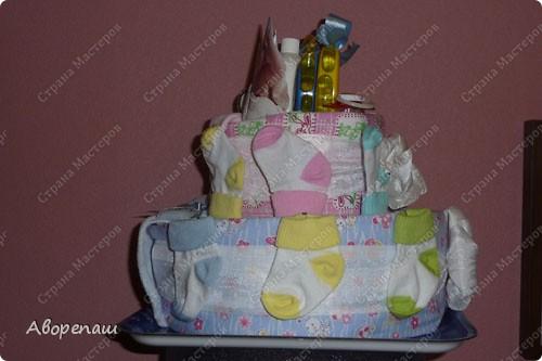Подружке на рождение двойняшек сделала такой вот подарок! А точнее, она мне подарок сделала...: я так давно мечтала сделать тортик из памперсов, но не было повода. И вот подружка удружила))) Спасибо ей! фото 3