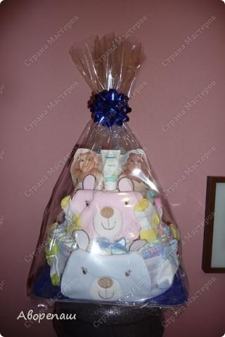 Подружке на рождение двойняшек сделала такой вот подарок! А точнее, она мне подарок сделала...: я так давно мечтала сделать тортик из памперсов, но не было повода. И вот подружка удружила))) Спасибо ей! фото 6