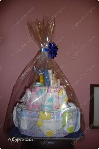 Подружке на рождение двойняшек сделала такой вот подарок! А точнее, она мне подарок сделала...: я так давно мечтала сделать тортик из памперсов, но не было повода. И вот подружка удружила))) Спасибо ей! фото 7