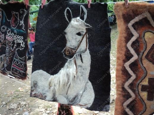 В прошлые выходные ездили на фестиваль к Дню города Тианетоба, за 65 км от Тбилиси.Там была традиционная выставка-продажа, концерт, угощенья. Можно было посмотреть как делают хинкали, жарят барашка, покататься верхом на лошади. Но это все в следующем репортаже, а сейчас - коврики :) фото 1