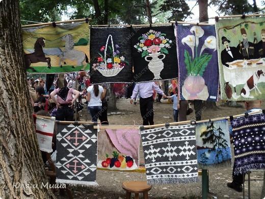 В прошлые выходные ездили на фестиваль к Дню города Тианетоба, за 65 км от Тбилиси.Там была традиционная выставка-продажа, концерт, угощенья. Можно было посмотреть как делают хинкали, жарят барашка, покататься верхом на лошади. Но это все в следующем репортаже, а сейчас - коврики :) фото 10