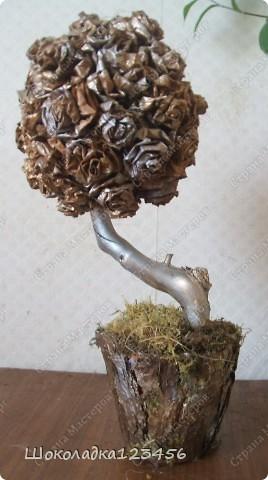 Дерево сделано из природного материала.Розочки сделаны из кленовых листьев.Тонированы золотой краской из баллончика.Наклеены на шар сухого оазиса,приклеены на горячий клей.Вазон оклеен корой сосны с добавлением мха.Внутри вазона цемент для устойчивости дерева.  фото 7