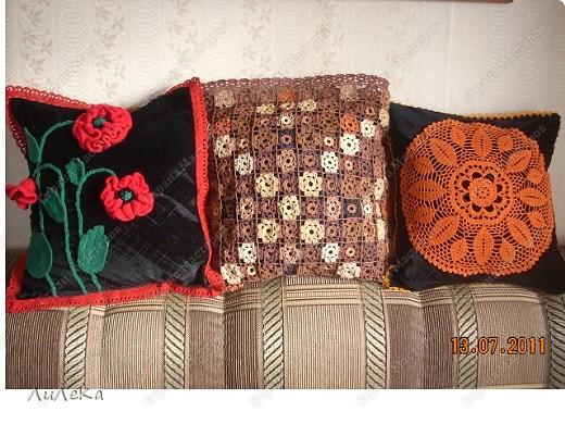 """Мои """"лоскутные подушки"""" можно посмотреть здесь http://stranamasterov.ru/node/229237   А сейчас я покажу вам подушки (или наволочки к ним), которые украшены вязанными крючком деталями. фото 1"""
