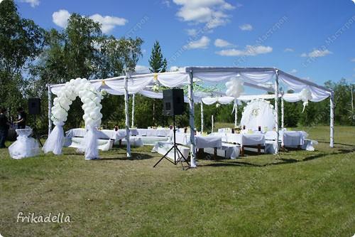 На дворе вовсю пляшут свадьбы, потому не удержалась и решила поставить таки фотографии наших свадебных и не только работ по декору праздников: фото 24