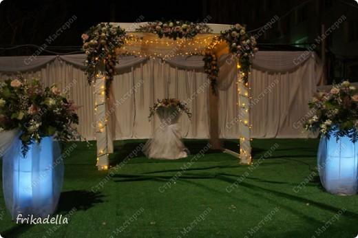 На дворе вовсю пляшут свадьбы, потому не удержалась и решила поставить таки фотографии наших свадебных и не только работ по декору праздников: фото 8