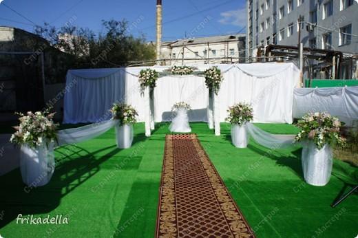 На дворе вовсю пляшут свадьбы, потому не удержалась и решила поставить таки фотографии наших свадебных и не только работ по декору праздников: фото 5