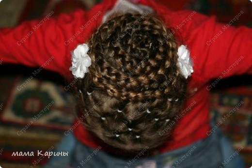 Приветствую все жителей страны!!! В прошлом году мою любимая дочура пошла в первый класс, волосы у нее длинные и поэтому маме (мне) пришлось научиться плетению кос. Хочу показать Вам несколько причесочек которыми мы красовались весь прошлый год ;))))  №1. Эту причесочку я делала на какой-то праздник в школе фото 8