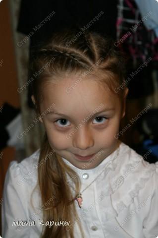 Приветствую все жителей страны!!! В прошлом году мою любимая дочура пошла в первый класс, волосы у нее длинные и поэтому маме (мне) пришлось научиться плетению кос. Хочу показать Вам несколько причесочек которыми мы красовались весь прошлый год ;))))  №1. Эту причесочку я делала на какой-то праздник в школе фото 4