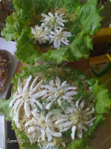 ингредиенты (слои): чернослив, грецкий орех, курица отварная, майонез,грибы (шампиньоны обжаренные с луком)(можно любые грибы), сыр тертый, майонез, яйцо перетертое на терке фото 1