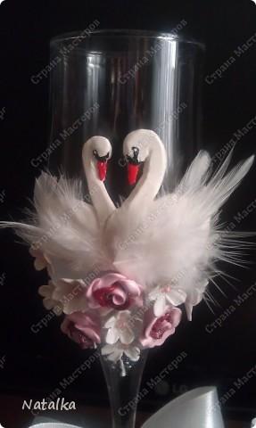 Пара лебедей все время вместе, Не изменят, не уйдут, не предадут, В белом оба, будто – бы жених с невестой, Счастье лебединое хранят и берегут. фото 4