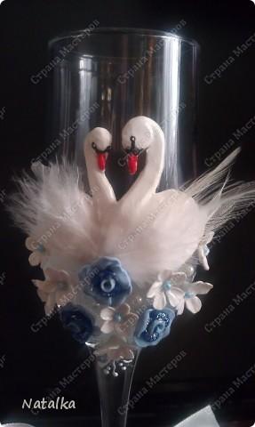 Пара лебедей все время вместе, Не изменят, не уйдут, не предадут, В белом оба, будто – бы жених с невестой, Счастье лебединое хранят и берегут. фото 5